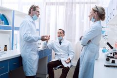 Lekarki dyskutuje pracę obraz stock