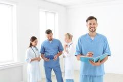 Lekarki i medyczni asystenci w klinice obraz royalty free