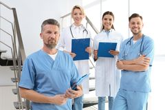 Lekarki i medyczni asystenci w klinice zdjęcie stock