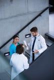 Lekarki i pielęgniarka ma dyskusję na schodkach zdjęcie stock