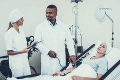 Lekarki i pielęgniarki naciska miary rehabilitacja fotografia stock