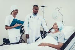 Lekarki i pielęgniarki wywiada rehabilitacja zdjęcie stock