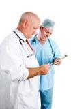 Lekarki Konsultuje książeczkę zdrowia Zdjęcie Royalty Free