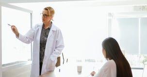 Lekarki lub naukowowie są uczący p i wyjaśniający uczni i obrazy stock