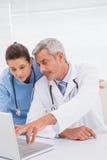 Lekarki patrzeje laptop zdjęcia royalty free
