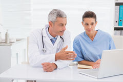 Lekarki patrzeje laptop fotografia stock