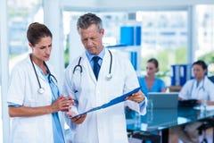Lekarki patrzeje wpólnie przy schowkiem obrazy royalty free