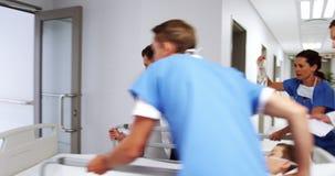 Lekarki pcha przeciwawaryjnego blejtramu łóżko w korytarzu zbiory