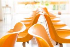 Lekarki poczekalnia z krzesłami i puszkującą rośliną Zdjęcia Royalty Free