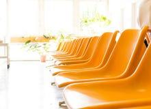 Lekarki poczekalnia z krzesłami i puszkującą rośliną Fotografia Stock