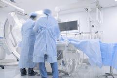 Lekarki pracuje w szpitalnym cathlab obraz stock