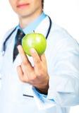 Lekarki ręka trzyma świeżego zielonego jabłczanego zakończenie na bielu zdjęcie royalty free