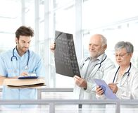 Lekarki target1293_0_ diagnozę w szpitala lobby Fotografia Royalty Free