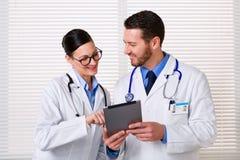 Lekarki używa pastylkę przy pracą zdjęcie stock