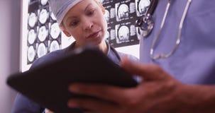 Lekarki używa przyrząda w biurze fotografia royalty free