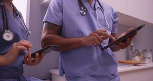 Lekarki używa przyrząda w biurze obrazy stock