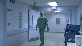 Lekarki uznają each inny w szpitalnym korytarzu zbiory wideo
