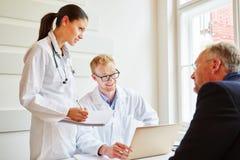 Lekarki w konsultacji z pacjentem Obraz Royalty Free