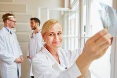 Lekarki w radiologia biurze Obrazy Stock