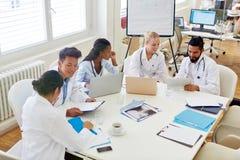 Lekarki w szkoły medycznej dyskutować obraz stock