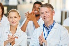 Lekarki widownia klascze aplauz po konwersatorium obrazy stock