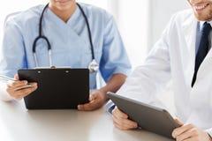 Lekarki z pastylka komputerem osobistym i schowek przy szpitalem Zdjęcie Royalty Free