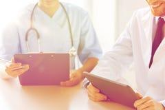 Lekarki z pastylka komputerem osobistym i schowek przy szpitalem Fotografia Stock