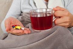 Lekarstwo i gorąca herbata - grypa obrazy royalty free
