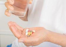 Lekarstwo na ręce i szkle woda obrazy royalty free