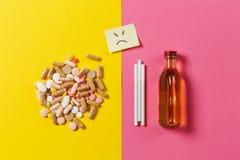 Lekarstwo pastylki na koloru tle Pojęcie zdrowie, traktowanie, wybór, zdrowy styl życia Zdjęcia Royalty Free