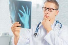 Lekarzów spojrzenia przy promieniowanie rentgenowskie wizerunkiem obraz royalty free