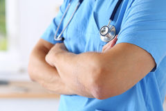Lekarz jest ubranym błękita mundur Fotografia Stock