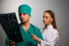Lekarz medycyny drużyna z MRI dordzeniowym obrazem cyfrowym Zdjęcia Royalty Free