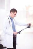 Lekarz medycyny patrzeje promieniowanie rentgenowskie wizerunek Obrazy Stock