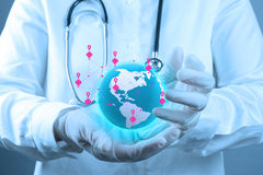 Lekarz Medycyny trzyma światową kulę ziemską w jego ręki Zdjęcie Royalty Free