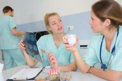 Lekarz medycyny z pielęgniarkami ma kawową przerwę obraz royalty free