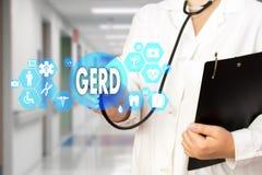 Lekarz Medycyny z stetoskopem i słowo GERD, Gastroesophageal reflux choroba w Medycznym sieć związku na wirtualnym ekranie obrazy royalty free