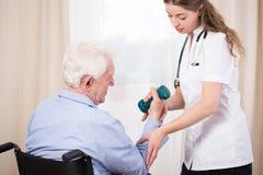 Lekarz praktykujący pokazuje cierpliwego ćwiczenie obraz royalty free