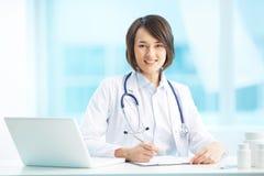 Lekarz przy miejscem pracy zdjęcie stock