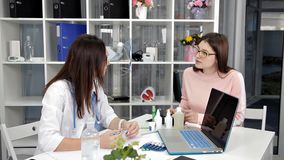 Lekarza medycynego dermatologa biuro robi rekomendacji brunetki kobiety pacjenta Kobiety istnieją w medycznym mundurze zbiory wideo
