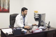 Lekarza medycynego obsiadanie przy biurkiem zdjęcia royalty free