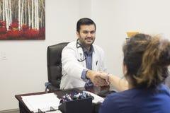 Lekarza medycynego obsiadanie przy biurkiem fotografia stock