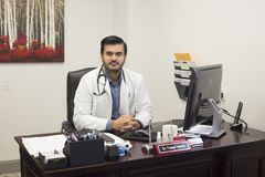 Lekarza medycynego obsiadanie przy biurkiem obrazy stock