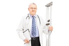 Lekarza medycyny mienia szczudła obraz royalty free