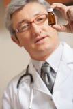 Lekarza mienia medycyny butelka Obrazy Stock