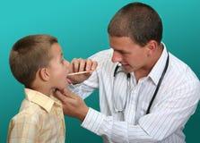 lekarze odwiedzić chłopca Fotografia Royalty Free