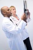 lekarze sprawdzić xray zdjęcie stock