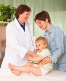lekarze zbadać dziecko Zdjęcie Royalty Free