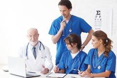 Lekarzi medycyny zespalają się używać komputer zdjęcia royalty free