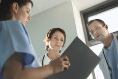 Lekarzi Przegląda Medyczną mapę obraz stock